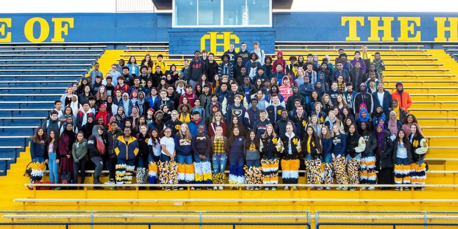 Seniors+gather+for+Class+of+2020+group+photo.